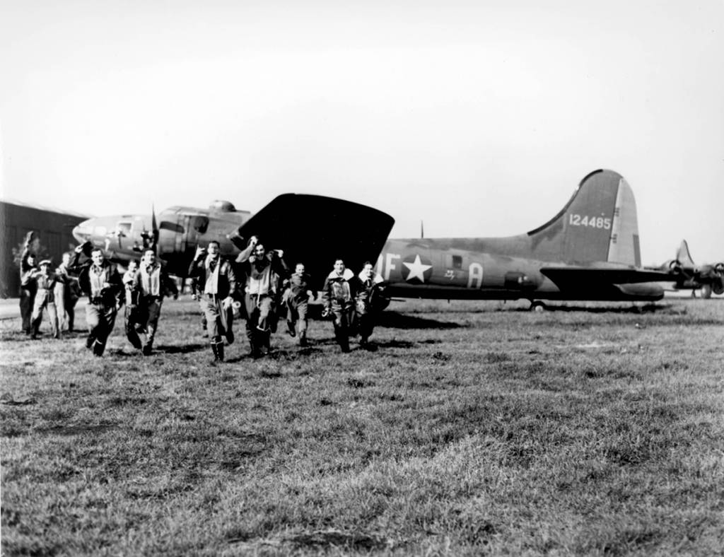 The crew of the B-17 #41-24485 'Memphis Belle' back from its 25th operational mission