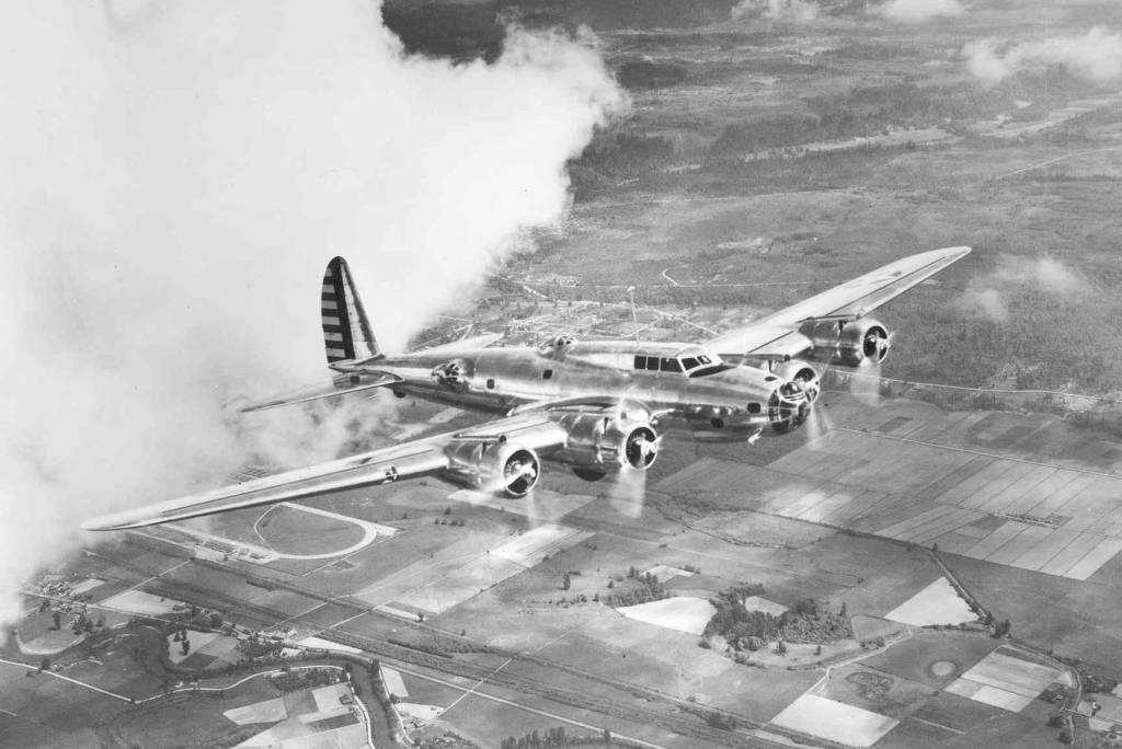 Boeing Y1B-17 im Flug // Wikipedia Commons [Public Domain]