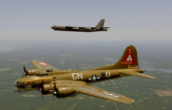 B-17 #44-85718 / Thunderbird