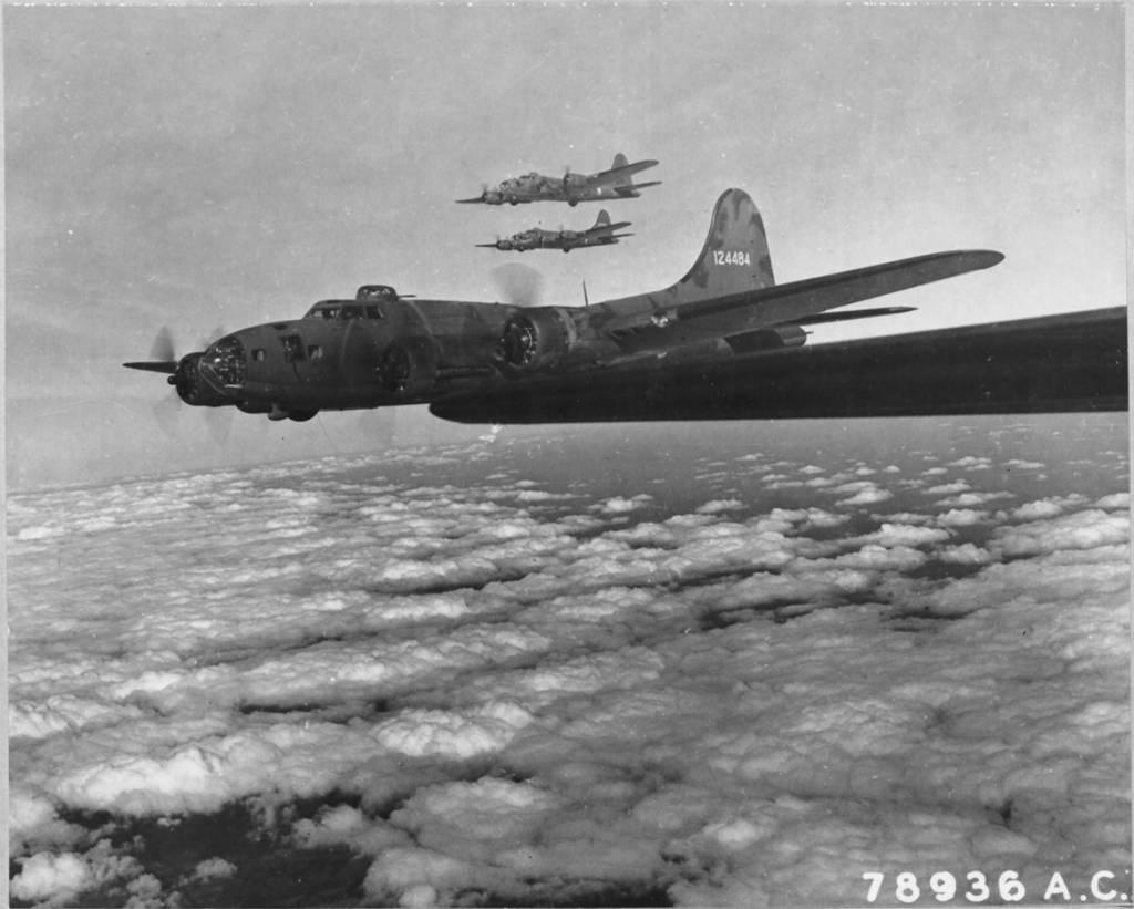 B-17 #41-24484 'The Bad Egg' ohne Gruppenkennung am Heckleitwerk (Dreieck-A)