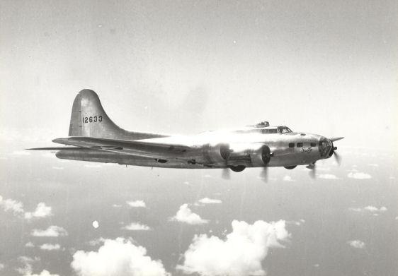 B-17 41-2633 'Sally' ohne Tarnanstrich.