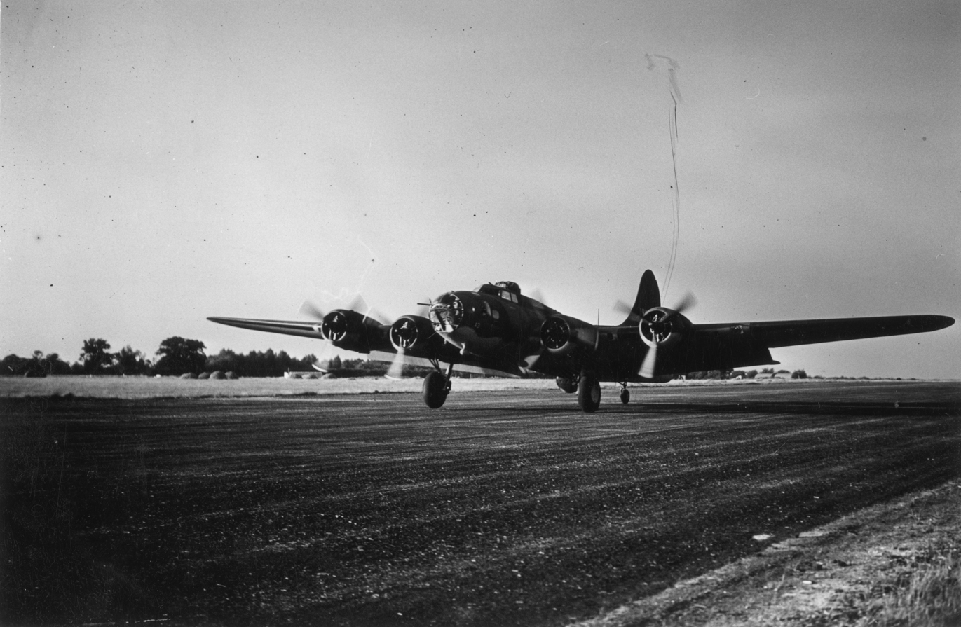 B-17 #41-9043 / Peggy D aka Little Rock-ette