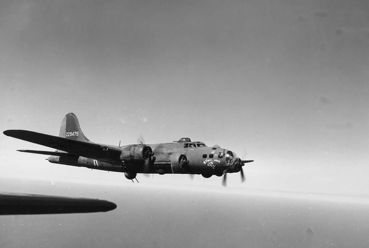 B-17 #42-29475 / Stric Nine