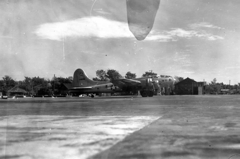 B-17 #41-24353 / Cap'n & The Kids aka Miss Em