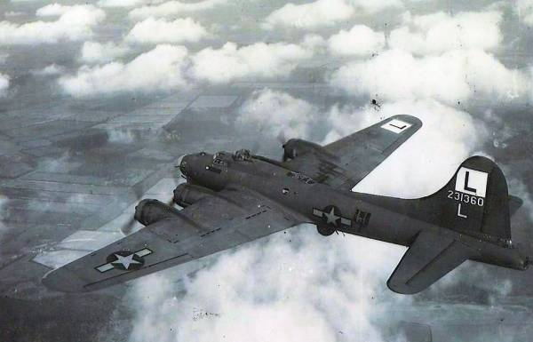 B-17 #42-31360 / Smokey Liz aka Snake Eyes