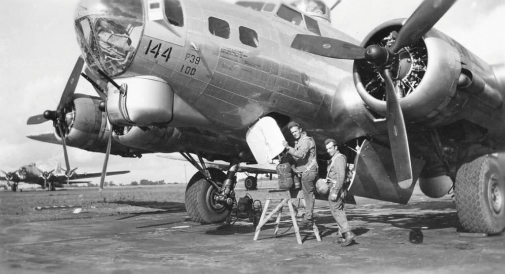 B-17 #44-8144 / Hell's Belle