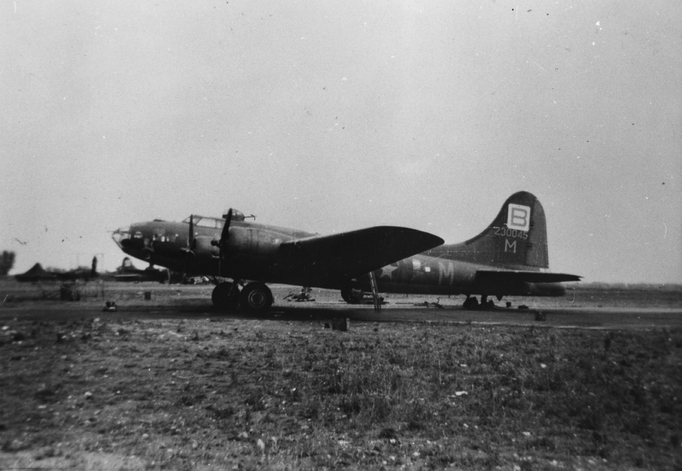 B-17 #42-30045 / She's My Gal aka Fight'n-n-Bit'n