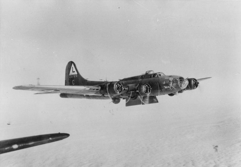 B-17 #42-5725 / This Is It! aka Flapper
