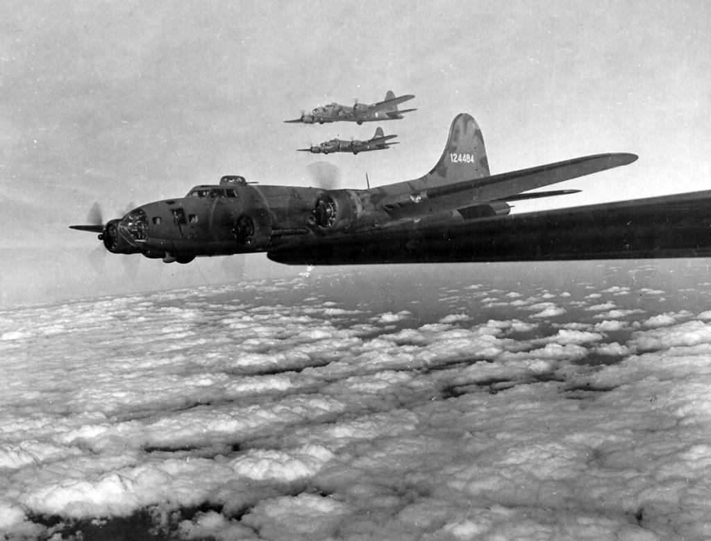 B-17 #41-24484 'The Bad Egg' without bombgroup marking on tail. (Tirangle-A)