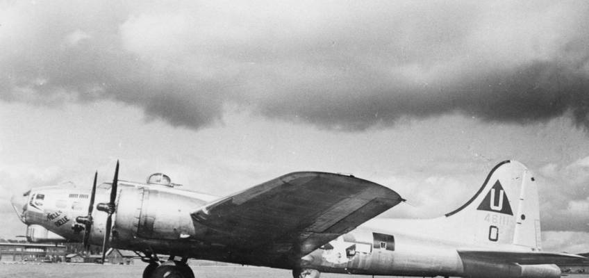 Boeing B-17 #44-6111 / Hell's Belle