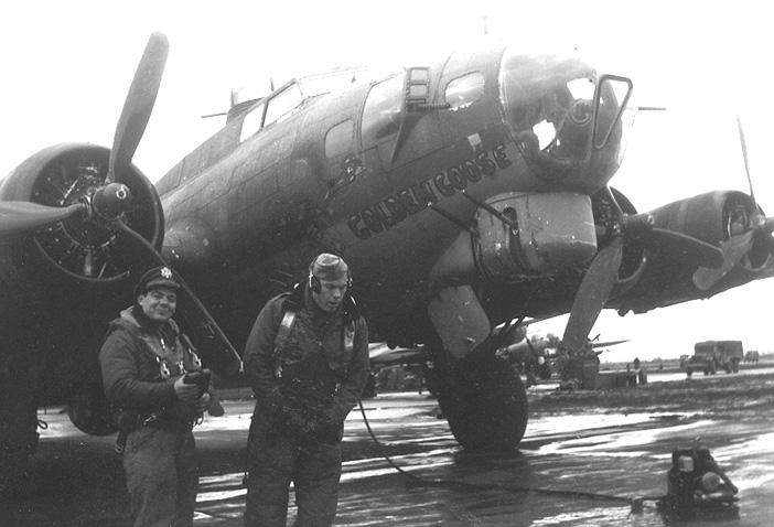 B-17G #42-38049 'Golden Goose' - Burt Gelbman links und Archie Garvin.