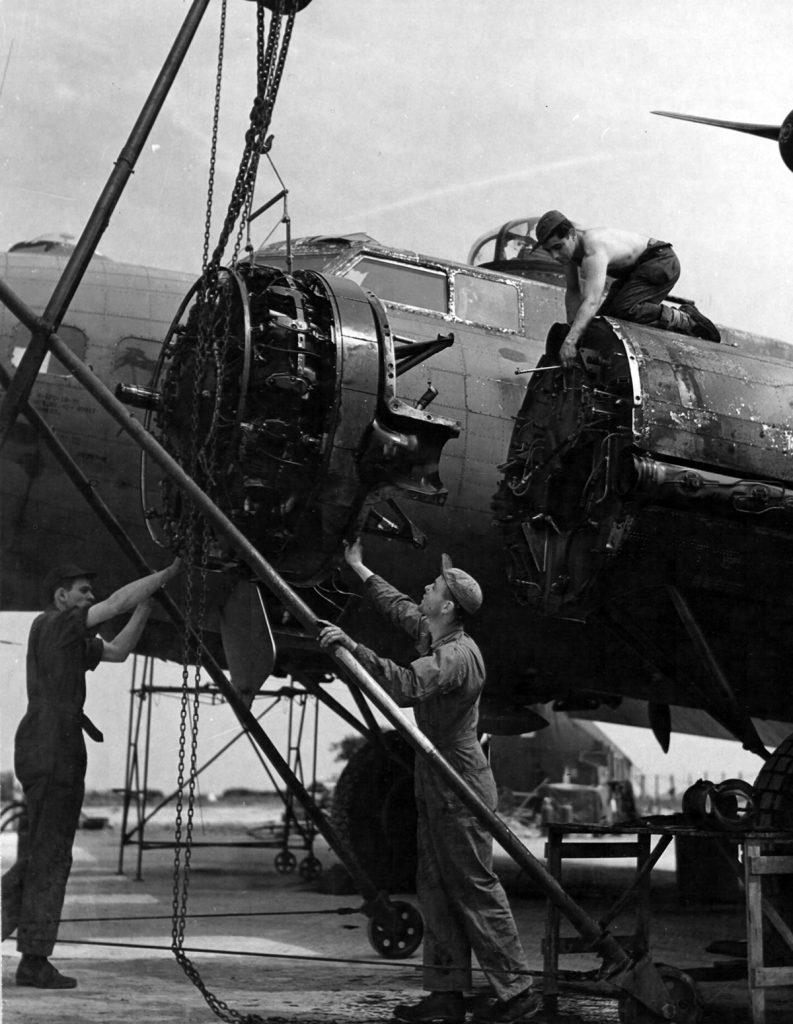 B-17G #42-40017 - Triebwerk #2 wird ausgetauscht.